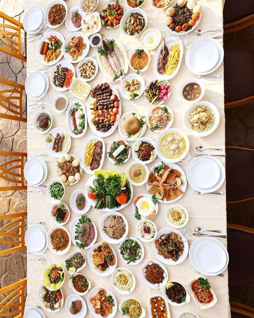 Não é montagem! A fartura na mesa dos restaurantes do Líbano, é exatamente... (Burj Al Hamam)