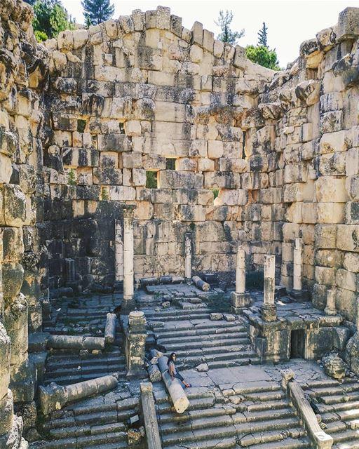 Desafiamos vocês a encontrar a @nady83 no meio das ruínas históricas de... (Niha, Béqaa, Lebanon)
