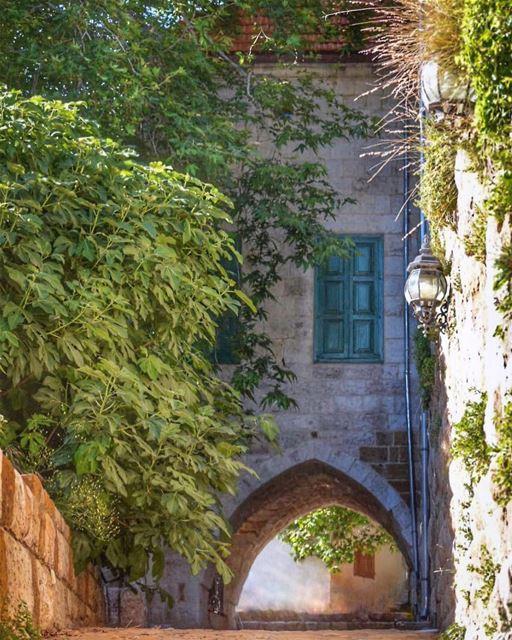إهدن يا بيت الذكريات يا بستان الأحلام والأمنياتبفَيّات شجراتك منمضي أحلى... (Ehden, Lebanon)