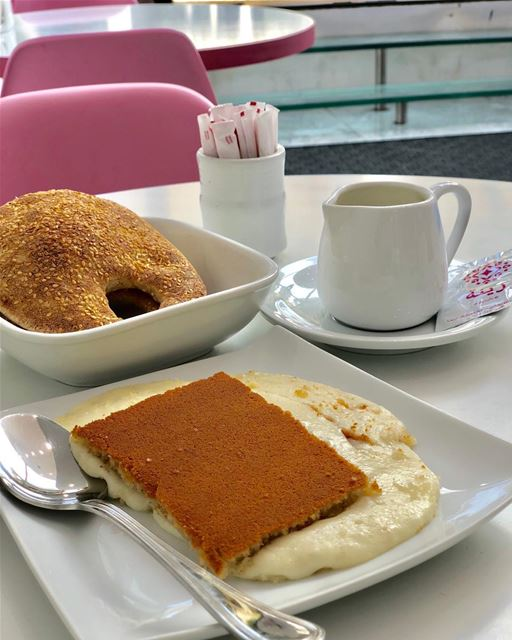 Delight (at this sight) never fades. knafeh cheesepie semolina crust ... (Patisserie Zeina - باتيسري زينة)