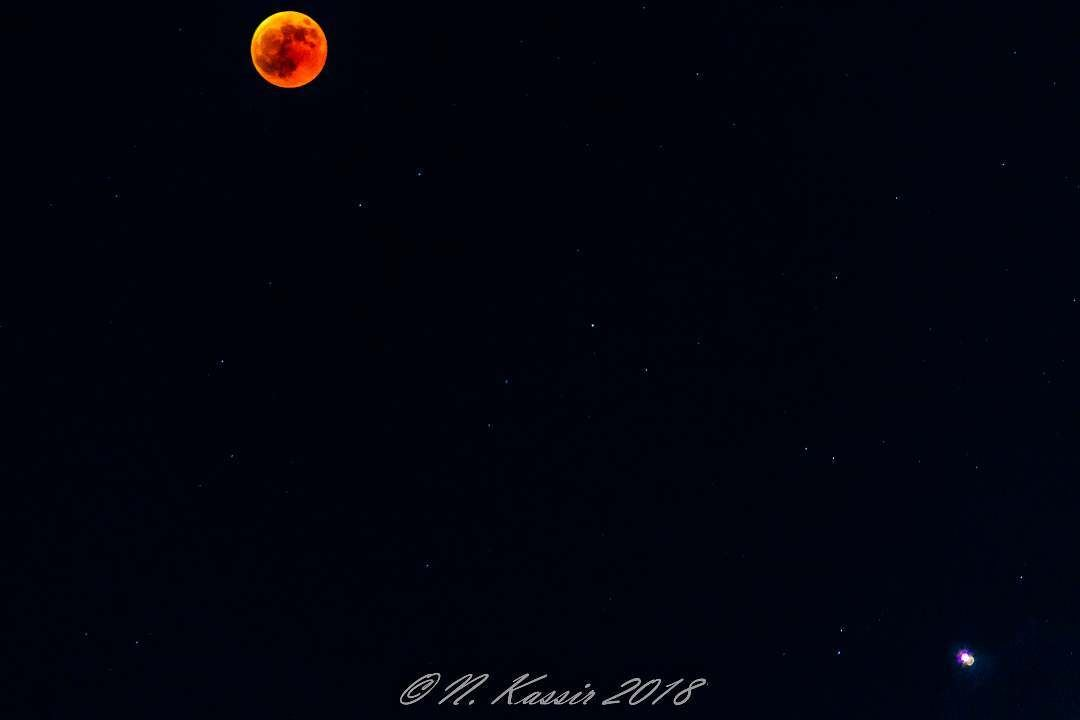 When the moon and Mars decide to show up in one shot blood eclipse ... (Sinn Al Fil, Mont-Liban, Lebanon)