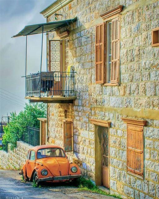 وتأخذني الدروب نحو البيت القديم .. بيت واسع يغفو في حضن الجبل .. أطرق الباب (Beït Chabâb, Mont-Liban, Lebanon)