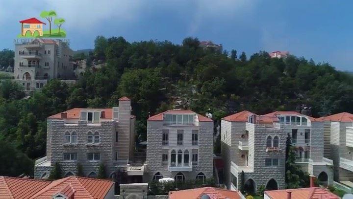Suas casas de pedra com telhados vermelhos assentados em meio a florestas... (Bikfaïya, Mont-Liban, Lebanon)