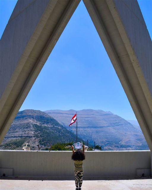 من أعلى الجبال وأعمق الوديانبكل لحظة وبكل زمانحامي الأرزة ببطولة وشهادة و (Saydet El Hosn - Ehden)