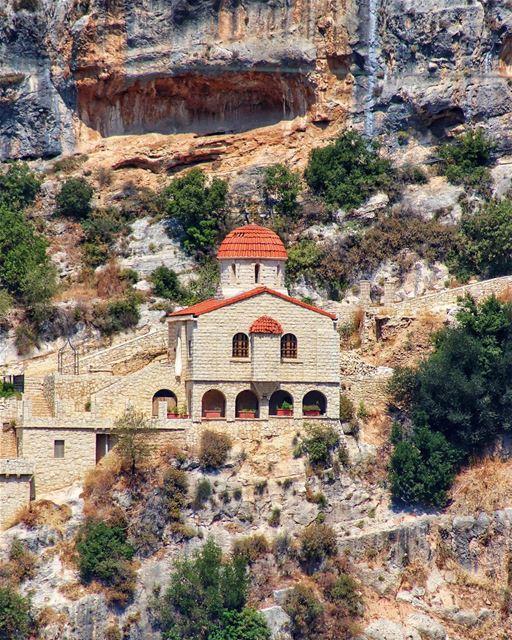 A igreja de São Jacob pertence a um imponente mosteiro na aldeia de Kousba... (Koûsba, Liban-Nord, Lebanon)