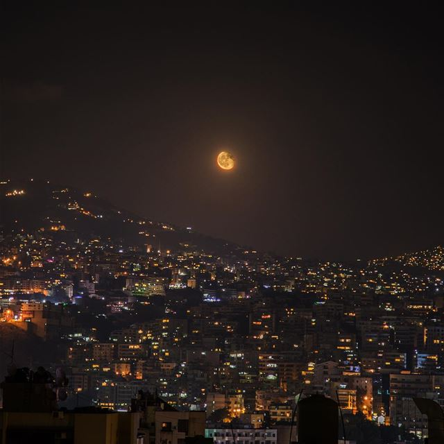 Under the moonlight....... moon light citylights city universe... (Mansouryia)
