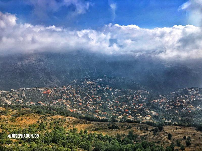BASKINTA from above 🏘☁️ VRLWanderWednesday myshot Baskinta (بسكنتا‎)... (Qanat Bakish, Mont-Liban, Lebanon)
