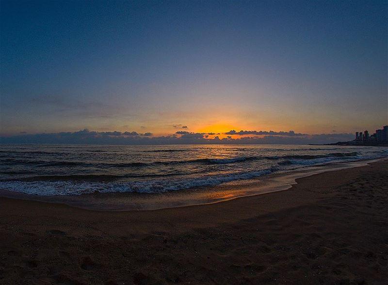 beirut beirutnightlife lebanon lebanon🇱🇧 sunset dusk dawn beach ... (Ramlat Al Bayda', Beyrouth, Lebanon)