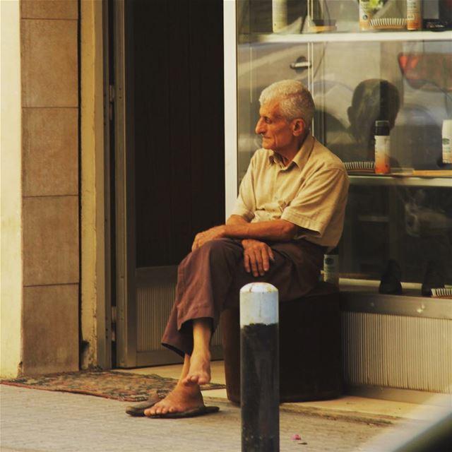 """""""O homem velho deixa a vida e a morte para trás!"""" cenaurbana urbanscene ... (Lebanon)"""