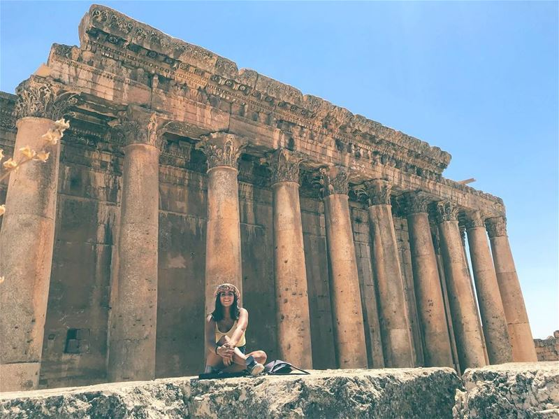 وملبَّك بالحُب ملبَّك... وتروح 🎈📷: @walidaboulhosn ⠀⠀⠀⠀⠀⠀⠀⠀⠀⠀⠀⠀ ⠀⠀⠀⠀⠀⠀⠀⠀ (Baalbek , Roman Temple , Lebanon)