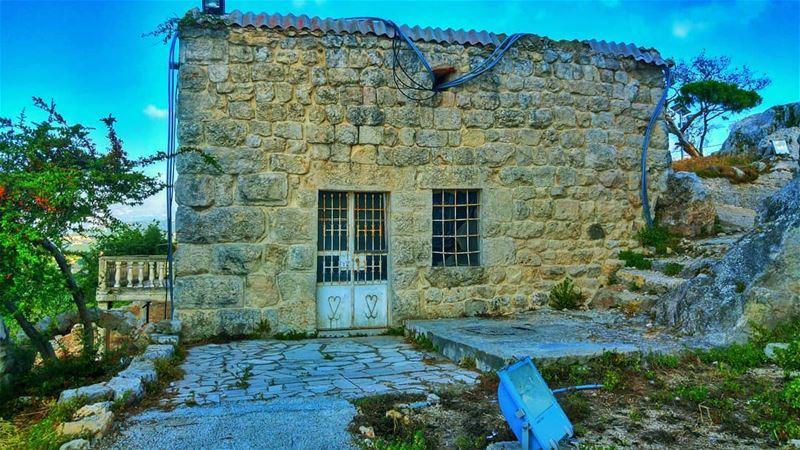 Typical lebanese village house ...🏡🏠🏚🏘🏚🏠🏡🏠🏚🏘🏚🏠🏡... (Smar Jubayl, Liban-Nord, Lebanon)