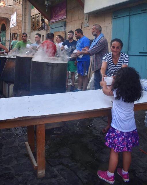 بزغرتا على عيد السيدة الهريسة عادة سنويّةبتتجمّع الناس تتشارك بهالعيديّةو (Saydet Zgharta Church)