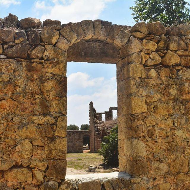 غرف كانت مسكونةمدفاية ومنها بردانةناطرة حنين من الماضيتترجع تصلي بالليال (El Qlaïaâ, Al Janub, Lebanon)