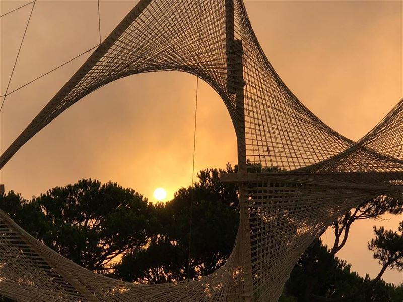 Un chateau qui flotte dans les airs au-dessus des tristes realites de la... (Beirut, Lebanon)