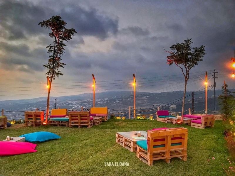Let's find a good place to chill tonight!🍹🍇 (Jbeil-Byblos)