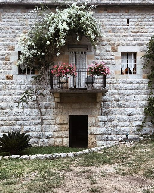 O bom dia de hoje é com esta autêntica casa libanesa, fotografada pelo @eli (Lebanon)