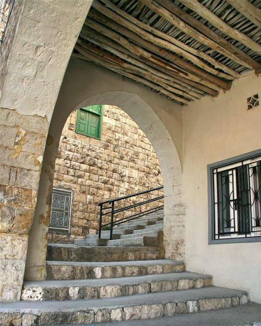 Neighbours under the arch 💛---------------------------------------------- (Zahlé, Lebanon)