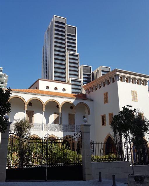 Clássica arquitetura libanesa em harmonia com edifícios futuristas. Assim é (Beirut, Lebanon)