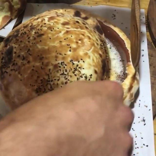 Ovos cozidos ou fritos na cerâmica para um autêntico café da manhã libanês.