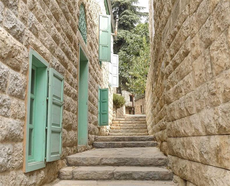 Perfection. LebaneseArchitecture Colorful Vintage Lebanon 🇱🇧 (Chouf)
