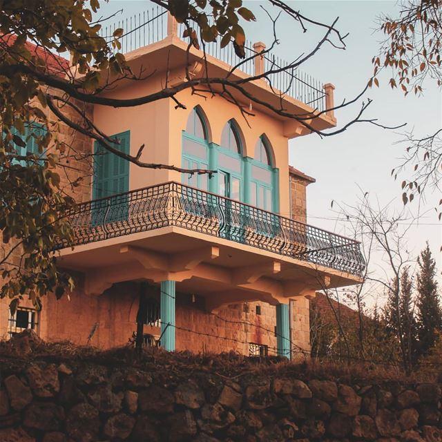 يا ورق الأصفر .. عم نكبر عم نكبرالطرقات البيوت .. عم تكبر عم تكبر 🍂🏠💙... (Beïno, Liban-Nord, Lebanon)