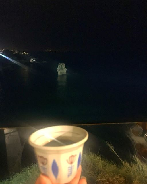 وهل هناك اجمل من صديقتين👯♀️ تجمعهم حب القهوة.... ramramcoffee ... (Mhanna Sur Mer)