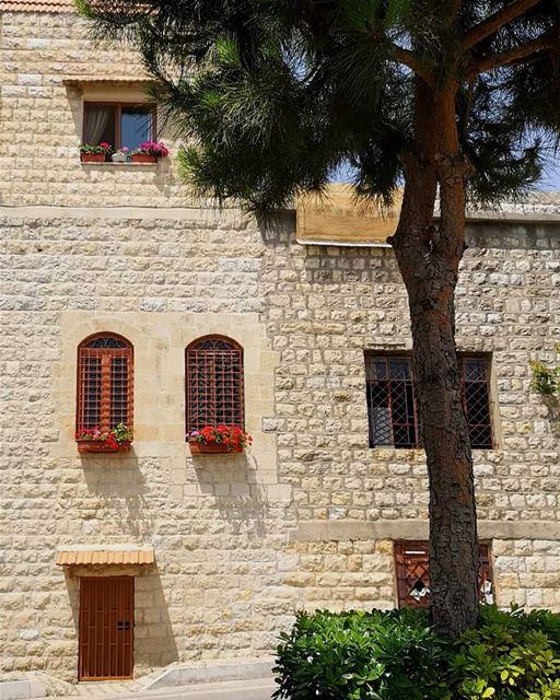 lebanonhomes lebanonhouses oldbuilding nostalgia ... (Deïr El Qamar, Mont-Liban, Lebanon)