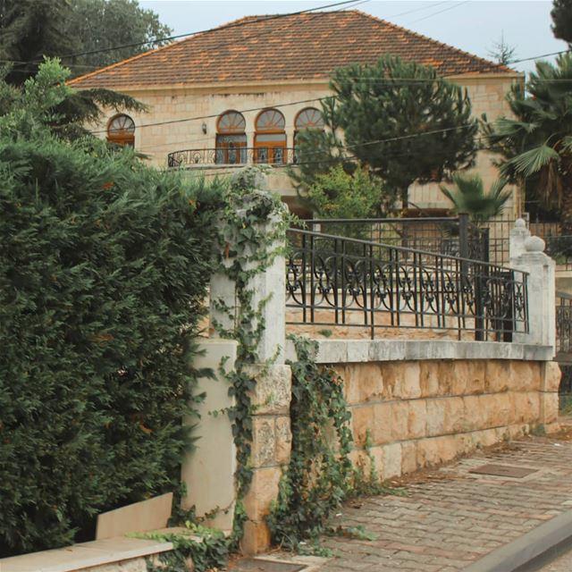 رصيف with Backgroud 🍃🏠.. lebanon beino akkar liveloveakkar ... (Beïno, Liban-Nord, Lebanon)