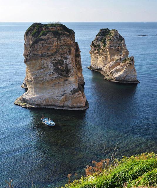 Raouche é um bairro de Beirute, famoso por suas Rochas Pigeon (Pigeon... (Pigeon Rocks)