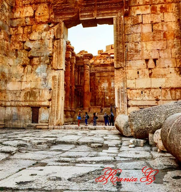 مدخل معبد باخوس يتميز بأعلى بوابة ورسومات في سقف البوابة ترمز الى الحب والق (Temple of Bacchus)