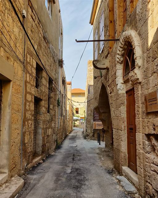 Strolls through the historic town of Batroun's tight streets... BTW, cars... (Batroûn)