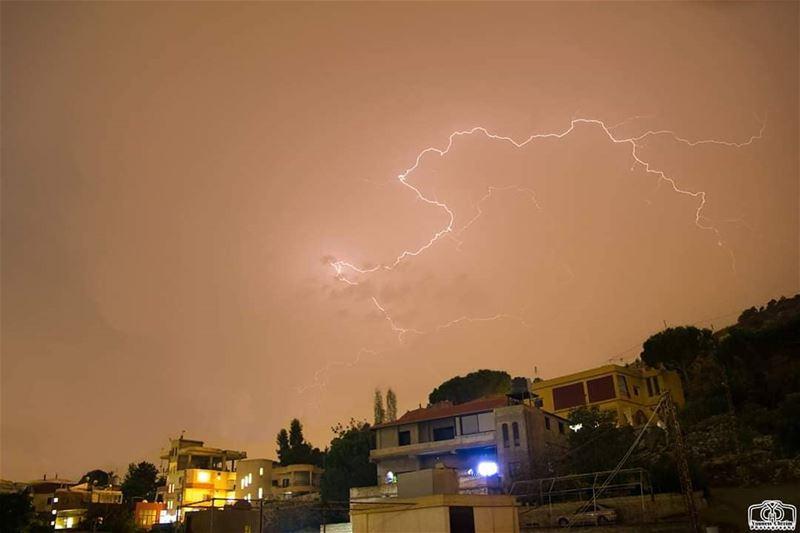 من سماء حومين الفوقا ليل أمس lighting lightingstorm lightingstorms ...