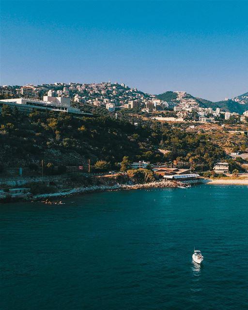 No alto, à esquerda, é possível avistar o icônico Casino du Liban. Uma... (جونية - Jounieh)