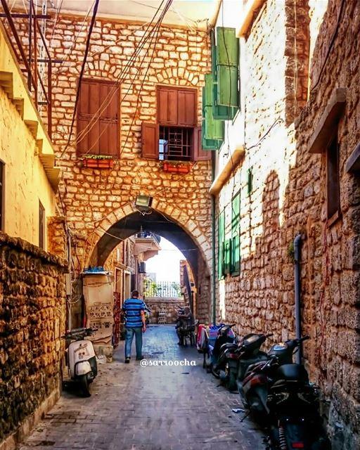 يستحيل أن لا تستشعر الماضي العريق لمدينة صور عندما تتجول في حاراتها و أزقته (Tyre, Lebanon)