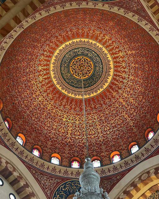Ricos em detalhes, os desenhos feitos à mão no teto da maior mesquita do Lí (Mohammad Al-Amin Mosque)