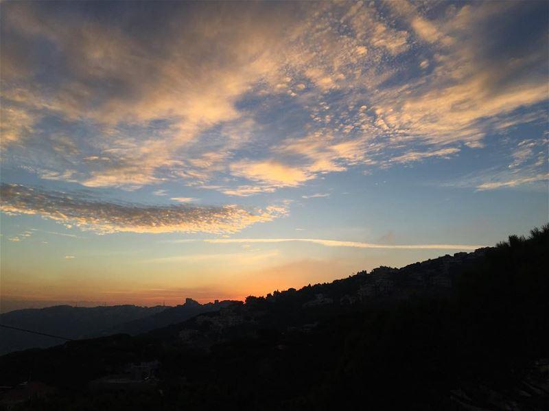Beautiful sunsets need cloudy skies❤️🧡💛 a7labaladbil3alam 🇱🇧.......