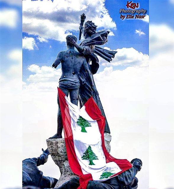 ...- بدكن الاستقلال؟- بدنا الاستقلال.- اعتمدوا على الله وعحالكون.. خدوه... (Martyrs' Square, Beirut)
