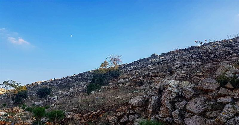 Can you spot the moon ? yaroun yarounday nature moon afternoon hike...