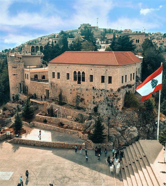 Parabenizamos o Líbano pelo Dia da Independência, neste simbólico 22 de... (Rashayya, Béqaa, Lebanon)