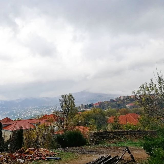 Autumn trees🍁Old houses🏡And Cloudy sky☁️ that's called beauty😍🇱🇧... (Sawfar, Mont-Liban, Lebanon)