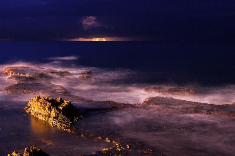 فجأة نزل الليل حامل امواج الويل، سرقني من خوفي شردني ببحر الليل..•••... (Ain El Mreisse, Beyrouth, Lebanon)