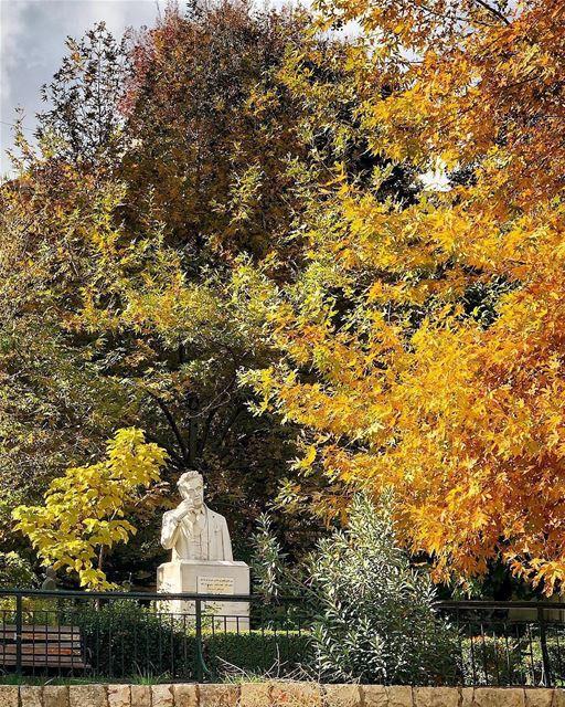 Zahlé em pleno outono e o busto do poeta e filósofo libanês Said Akl (1912- (Zahlé, Lebanon)