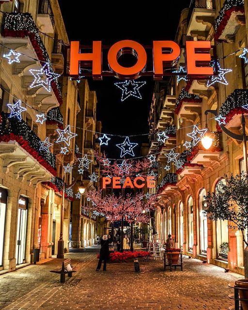 Estão acesas as luzes de Natal em Beirute! Quem também adora essa... (Beirut, Lebanon)
