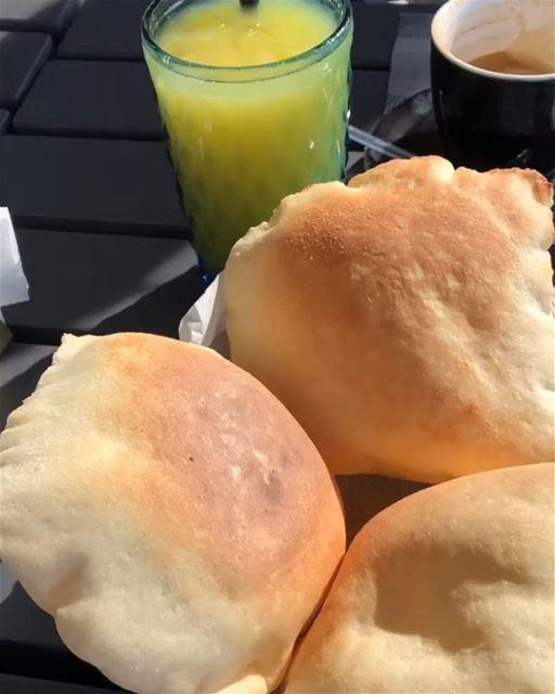 Café da manhã tipicamente libanês com vista para um dos símbolos do Líbano. (Beirut, Lebanon)