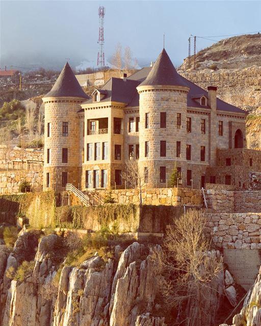 Castelos, casas, fortalezas, montanhas, natureza. Tudo fica mais dourado... (Faraya, Mont-Liban, Lebanon)