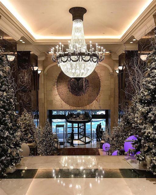 🇱🇧🇧🇷 Entrada do icônico hotel Phoenicia lindamente decorada para o... (Phoenicia Hotel Beirut)