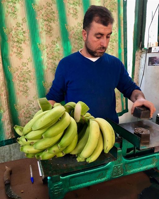 Why fix it when it ain't broke? oldfashioned scale weighing bananas ... (Damour, Lebanon)