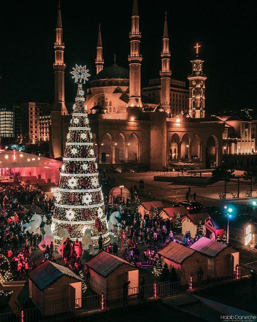 🇱🇧🇧🇷 Recebi esta foto da árvore de Natal de Beirute, tirada pelo @habib (Downtown Beirut)