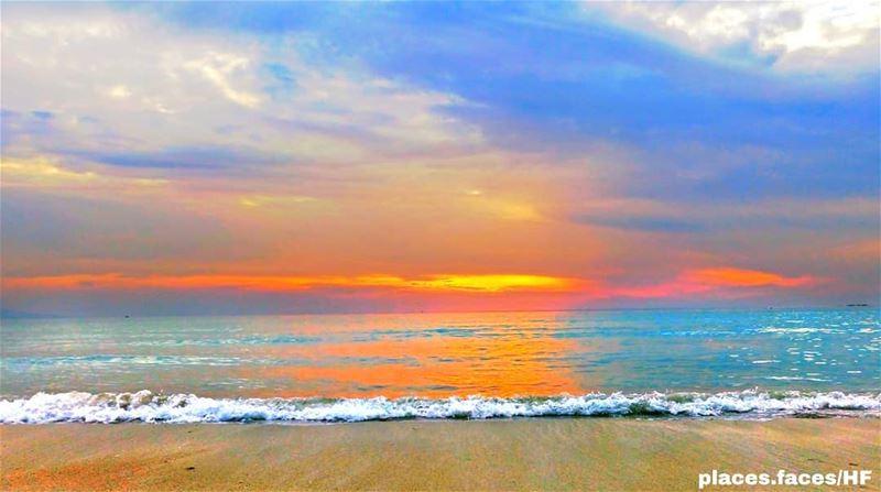من أراد أن يشعر بالحب والحنين، فليجلس ليراقب غروب الشمس على شاطئ مدينة صور... (Tyre, Lebanon)