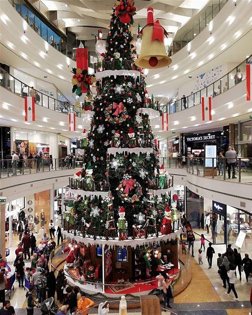 🇱🇧🇧🇷 Decoração de Natal no maior shopping de Beirute. Foto de @omar_al_ (City Centre Beirut)